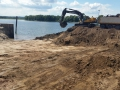Ontgraven puin uit oever